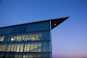 Modern building and blue skyの写真素材 [FYI02150833]