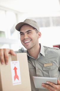 Delivery boy using tablet computerの写真素材 [FYI02150948]