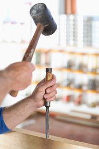 Man working in workshopの写真素材 [FYI02150950]