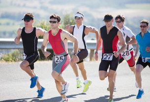 Runners in race on rural roadの写真素材 [FYI02151035]
