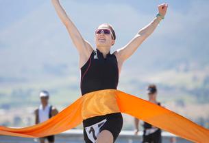 Runner crossing race finish lineの写真素材 [FYI02151045]
