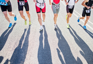 Runners in race on rural roadの写真素材 [FYI02151059]