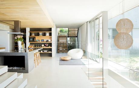 Open floor plan of modern houseの写真素材 [FYI02151124]