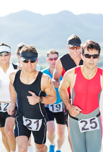 Runners in race on rural roadの写真素材 [FYI02151127]
