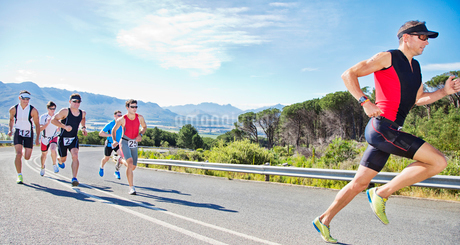 Runners in race on rural roadの写真素材 [FYI02151135]