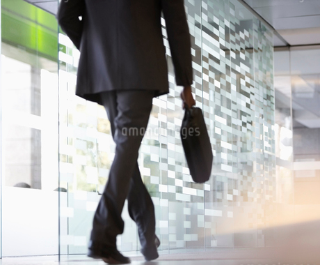 Businessman with briefcase walking in lobbyの写真素材 [FYI02151145]