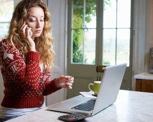 Woman shopping on telephoneの写真素材 [FYI02151247]