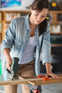 Woman working in workshopの写真素材 [FYI02151281]