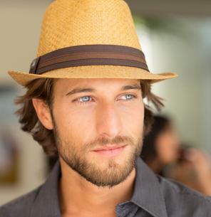 Smiling man wearing straw hatの写真素材 [FYI02151293]