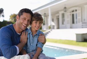 Father and son smiling outside houseの写真素材 [FYI02151294]