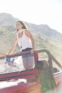 Woman standing in sport utility vehicleの写真素材 [FYI02151312]