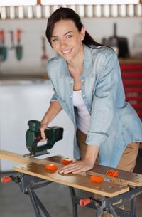 Woman working in workshopの写真素材 [FYI02151449]