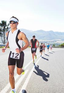 Runners in race on rural roadの写真素材 [FYI02151510]