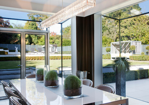 Centerpieces on table in modern dining roomの写真素材 [FYI02151512]