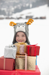 Portrait of smiling boy wearing reindeer hat and carrying stの写真素材 [FYI02151520]