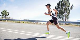 Runner in race on rural roadの写真素材 [FYI02151598]