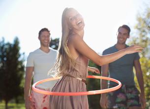 Girl hula hooping outdoorsの写真素材 [FYI02151744]