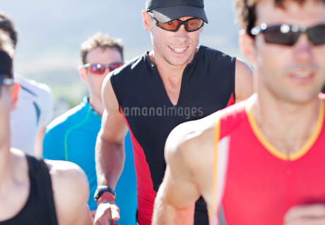 Runners in race in rural landscapeの写真素材 [FYI02151816]