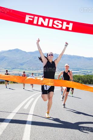 Runner crossing race finish lineの写真素材 [FYI02151848]