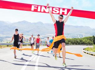 Runner crossing race finish lineの写真素材 [FYI02151899]
