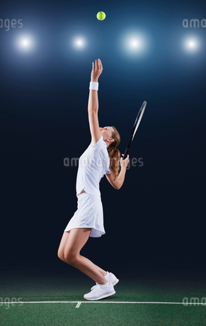 Tennis player serving ball on courtの写真素材 [FYI02151969]