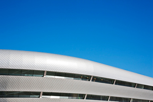 Roof of modern building and blue skyの写真素材 [FYI02151987]