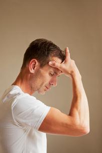 Man holding head in painの写真素材 [FYI02152002]
