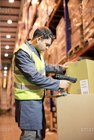 Worker scanning box in warehouseの写真素材 [FYI02152041]