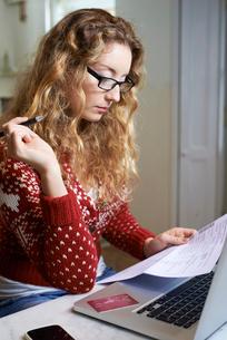 Woman paying bills on laptopの写真素材 [FYI02152083]