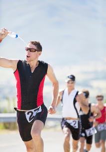 Runners in race on rural roadの写真素材 [FYI02152206]