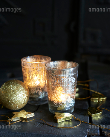 Christmas ornament with tinsel and candlesの写真素材 [FYI02152228]