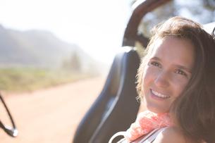 Woman relaxing in sport utility vehicleの写真素材 [FYI02152328]