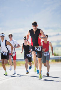 Runners in race on rural roadの写真素材 [FYI02152332]