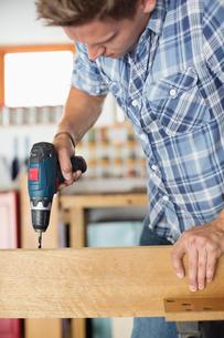 Man working in workshopの写真素材 [FYI02152344]