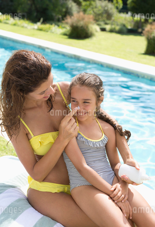Mother applying sunscreen to daughter's noseの写真素材 [FYI02152400]