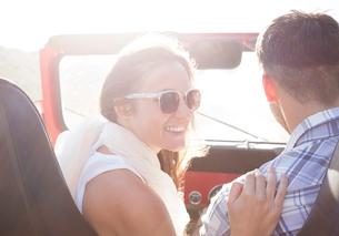 Couple in sport utility vehicleの写真素材 [FYI02152401]