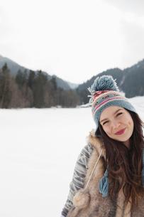 Portrait of smiling woman in snowy fieldの写真素材 [FYI02152525]