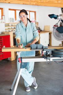 Woman working in workshopの写真素材 [FYI02152606]