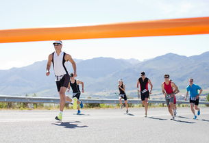 Runners crossing race finish lineの写真素材 [FYI02152640]