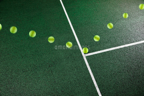 Multiple exposure of tennis ball bouncing on courtの写真素材 [FYI02152719]