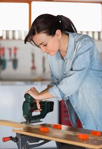 Woman working in workshopの写真素材 [FYI02152745]