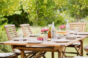 Set table in backyardの写真素材 [FYI02152795]