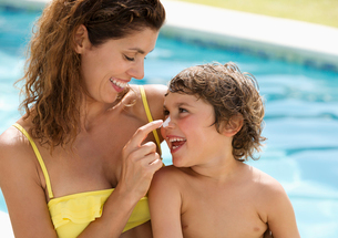 Mother applying sunscreen to son's faceの写真素材 [FYI02152891]