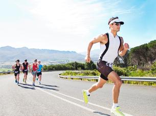 Runners in race on rural roadの写真素材 [FYI02152907]
