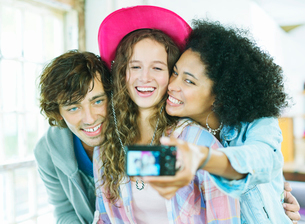 Friends taking picture together indoorsの写真素材 [FYI02153101]