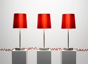 Red lamps connected by red cordsの写真素材 [FYI02153155]