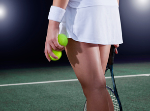 Tennis player holding balls on courtの写真素材 [FYI02153230]