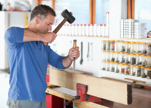 Man working in workshopの写真素材 [FYI02153335]