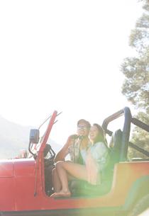 Couple using binoculars in sport utility vehicleの写真素材 [FYI02153394]