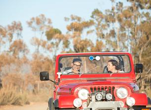 Couple driving sport utility vehicleの写真素材 [FYI02153544]